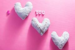 Coeurs avec je t'aime l'inscription sur le fond rose Concept de jour du ` s de Valentine Image libre de droits
