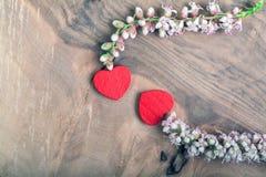 Coeurs avec la fleur sur le bois image stock