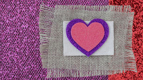 Coeurs avec la toile de jute sur le fond en bois rose Photographie stock libre de droits