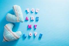 Coeurs avec le lettrage romantique sur le fond bleu Concept de jour du ` s de Valentine Images libres de droits