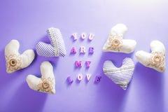 Coeurs avec le lettrage romantique sur le fond pourpre Concept de jour du ` s de Valentine Image libre de droits