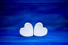 Coeurs blancs au-dessus de fond de bokeh Image stock