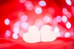 Coeurs blancs au-dessus de fond de bokeh Photographie stock