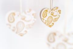 Coeurs blancs avec les modèles d'or Photo stock