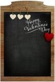 Coeurs blancs d'amour de Saint-Valentin heureuse accrochant sur le textur en bois Images stock