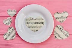 Coeurs blancs de plat et de papier avec des notes de musique Photographie stock