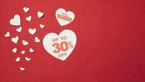 Coeurs blancs en grande vente sur le fond rouge clips vidéos