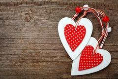 Coeurs blancs et rouges de Noël sur le fond en bois, pour des salutations Images stock