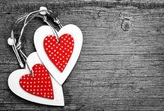 Coeurs blancs et rouges de Noël sur le fond en bois, pour des salutations Valentine& x27 ; jour de s Photographie stock