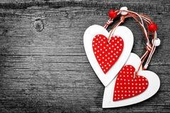 Coeurs blancs et rouges sur le fond en bois, pour des salutations Valentine& x27 ; jour de s Photos de cru Images stock