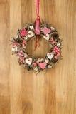 Coeurs blancs rouges décorés de tissu de guirlande de Noël sur le bois de Sapele Photo stock