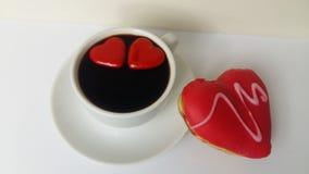 Coeurs blancs rouges noirs de coeur de café rouge savoureux d'amour de nourriture de boissons de deux tasses d'amoureux de beigne Images stock