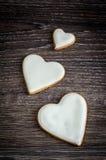 Coeurs blancs sur la table en bois Photo stock