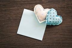 Coeurs bleus heureux avec le bloc-notes vide pour épouser et anniversaire Photos libres de droits