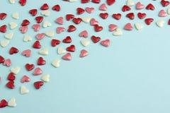 Coeurs bleus, rouges et roses sur le fond bleu de carton Photo libre de droits