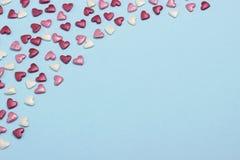 Coeurs bleus, rouges et roses sur le fond bleu de carton Photos libres de droits
