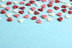 Coeurs bleus, rouges et roses sur le fond bleu de carton Photographie stock