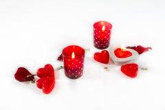 Coeurs, bougies et pétales de rose de jour de valentines sur le backgro blanc Image stock
