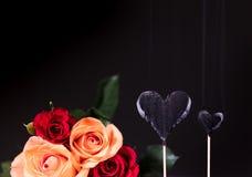 Coeurs brûlés avec le bouquet de roses Photographie stock libre de droits