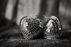Coeurs brillants de Valentine sur le vieux fond en bois Photo libre de droits