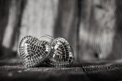Coeurs brillants de Valentine sur le vieux fond en bois Photo stock