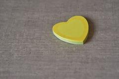Coeurs collants pour la note du ` s de valentine sur la table Photo stock