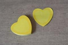 Coeurs collants pour la note du ` s de valentine sur la table Image stock