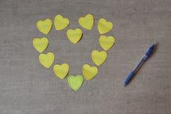 Coeurs collants pour la note du ` s de valentine sur la table Image libre de droits