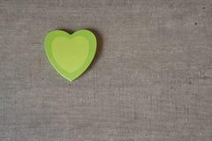 Coeurs collants pour la note du ` s de valentine sur la table Photos stock