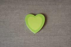 Coeurs collants pour la note du ` s de valentine sur la table Photos libres de droits