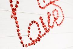 Coeurs colorés accrochant sur la ligne Photographie stock