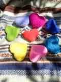Coeurs colorés d'amour sur le sweather bleu et blanc Image libre de droits
