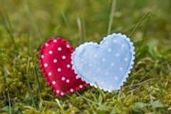 Coeurs colorés dans l'herbe Image libre de droits
