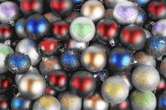 Coeurs colorés de babioles de Noël Photographie stock libre de droits