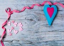 Coeurs colorés de feutre fabriqué à la main sur le fond en bois Photos libres de droits