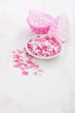 Coeurs colorés de sucre et plats de papier de cuisson sur le blanc Photographie stock libre de droits
