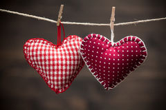 Coeurs colorés de tissu sur les milieux en bois Photographie stock libre de droits