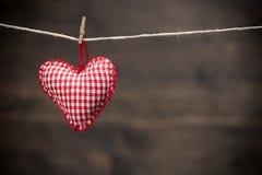 Coeurs colorés de tissu sur les milieux en bois Image stock