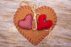 Coeurs colorés de tissu sur les milieux en bois Photos libres de droits