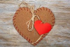 Coeurs colorés de tissu sur les milieux en bois Image libre de droits