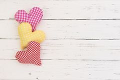 Coeurs colorés romantiques pour le jour de valentines de fond d'amour Photographie stock libre de droits