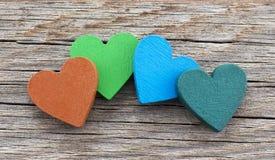Coeurs colorés sur le fond en bois Image libre de droits