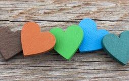Coeurs colorés sur le fond en bois Image stock