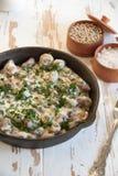 Coeurs cuits au four de poulet avec le champignon à une sauce crème photographie stock libre de droits