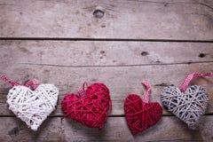 Coeurs décoratifs de rouge, blancs et gris sur le backgro en bois âgé Photo stock