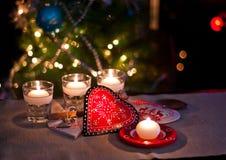 Coeurs, décorations et lumières de Noël Image stock