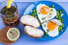 Coeurs délicieux d'oeufs au plat de petit déjeuner de valentines Photographie stock libre de droits