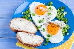 Coeurs délicieux d'oeufs au plat de petit déjeuner de valentines Photos stock