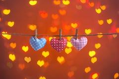 Coeurs d'amour accrochant sur la corde Concept de jour de Valentines Image libre de droits