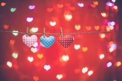 Coeurs d'amour accrochant sur la corde Concept de jour de Valentines Photographie stock libre de droits